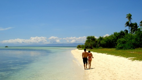 Fiji honeymoons - a couple on a beach.